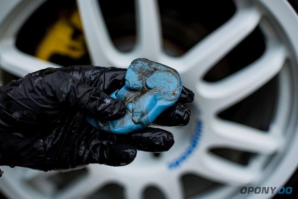 Glinka do lakieru brudna od zanieczyszczeń